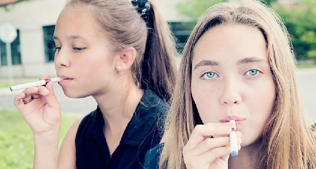 cigarrillos-electronicos-ventajas-y-desventajas-adolescentes-con-cigarrillo-electronico