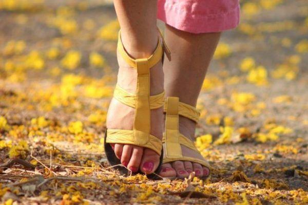 Como-cuidar-los-pies-en-verano-sandalias-amarillas