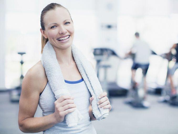 como-evitar-la-irritacion-de-la-piel-durante-el-ejercicio-por-que-se-poduce-mujer-deportista