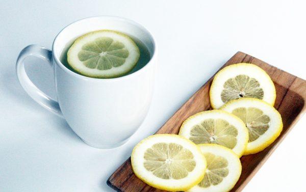 agua-con-limon-en-ayunas-efectos-secundarios