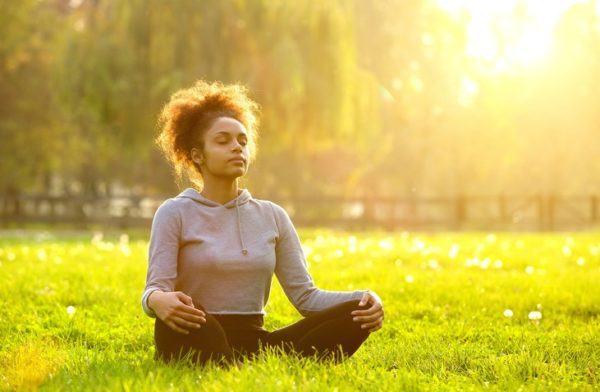 Mujer respira parque