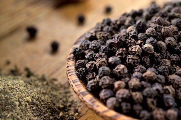 Piperina pimienta negra en madera