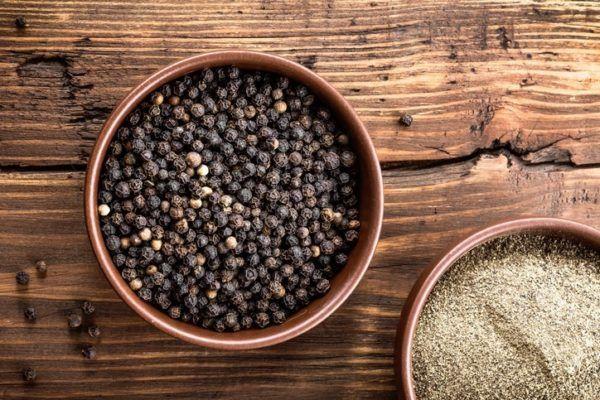 Piperina pimienta negra en un bol