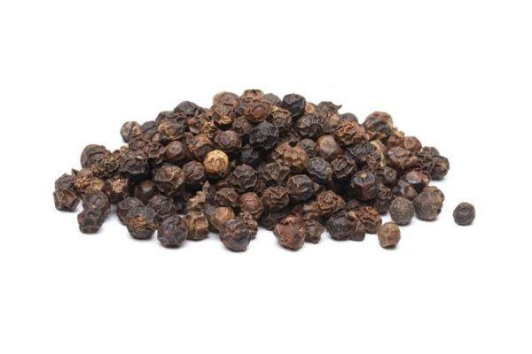 Piperina pimienta negra en un monton