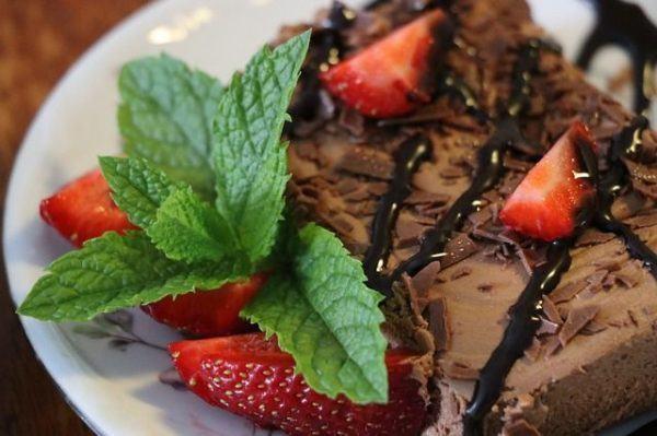 menta-propiedades-beneficios--menta-con-dulce-chocolate