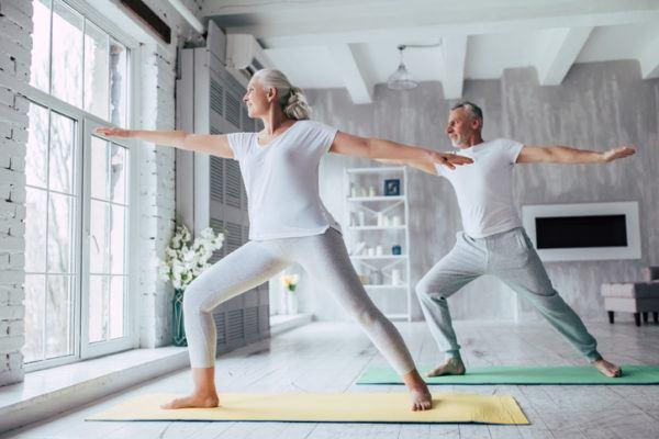 Estiramientos para personas mayores en casa beneficios