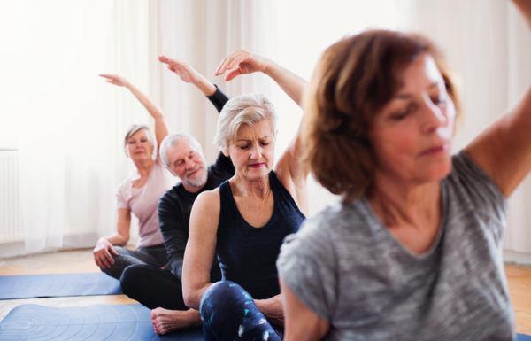 Estiramientos para personas mayores en casa rutinas