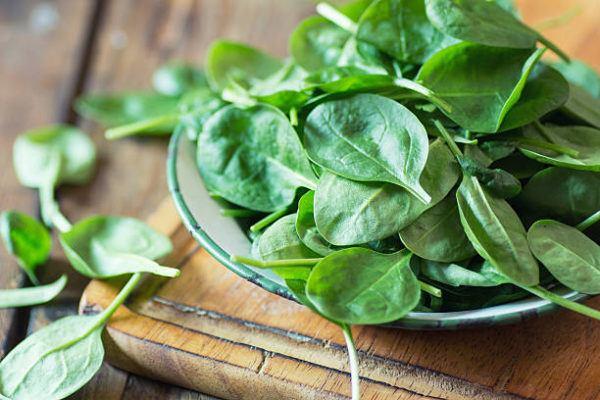 Los alimentos que nos ayudan a cuidar el cuerpo en otoño espinacas