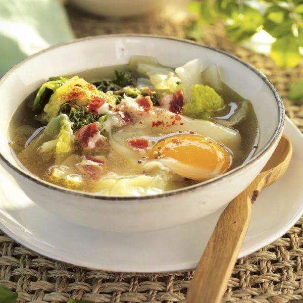 Sopa quemagrasa ligera y saciante fácil de hacer col y huevo
