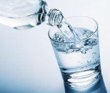 10 razones por las que necesitas tomar agua