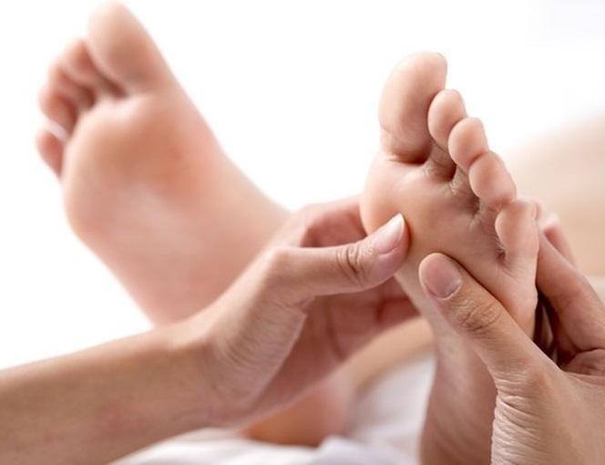 Las-10-terapias-alternativas-más-populares-que-debes-conocer-ayurveda-acupuntura-acupresión-aromaterapia-biofeedback-balneoterapia-reflexología-naturopatía