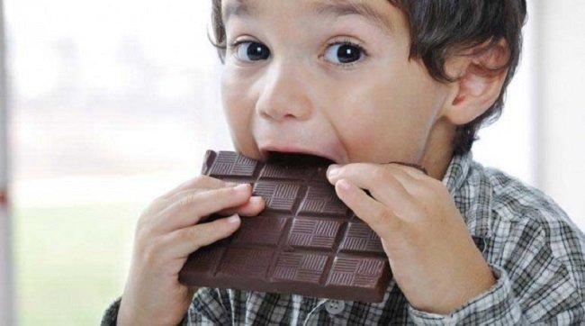 remedios-para-el-mareo-comer-chocolate