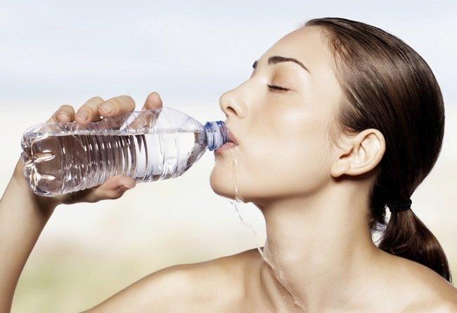 como-hidratar-la-piel-desde-dentro-tomar-agua