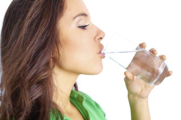 remedios-caseros-para-el-dolor-de-cabeza-beber-agua