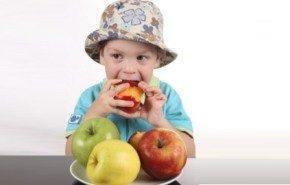 ¿Qué puedo hacer si mi hijo no quiere tomar fruta?