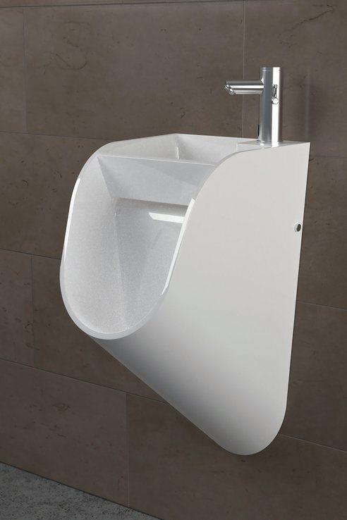 hombres-lavar-manos-ir-baño-3