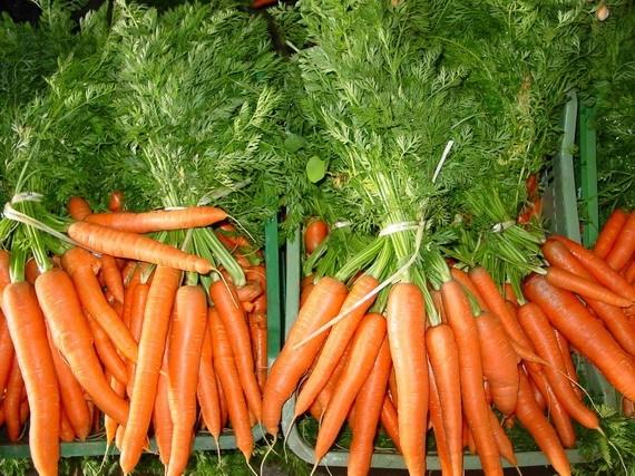 7-consejos-inteligentes-para-hacer-que-los-alimentos-duren-mas-tiempo-cortar-las-hojas-de-la-zanahoria
