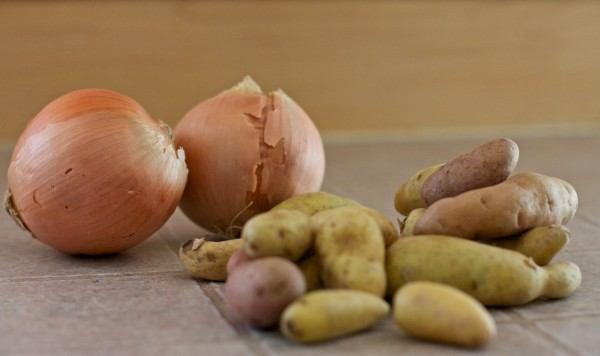 7-consejos-inteligentes-para-hacer-que-los-alimentos-duren-mas-tiempo-no-almacenar-patatas-con-cebolla