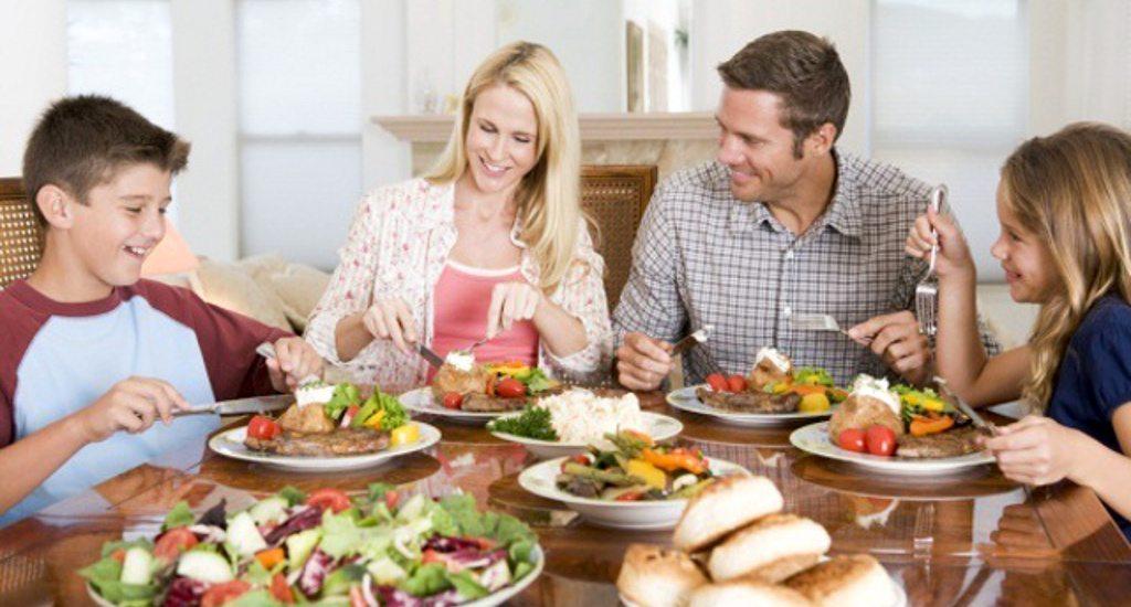 consejos-para-adelgazar-despues-de-las-vacaciones-comer-en-la-mesa