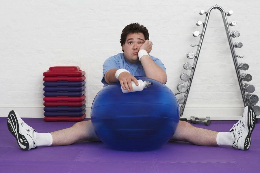 Ejercicios-fitness-para-hacer-en-casa-hombre-aburrido