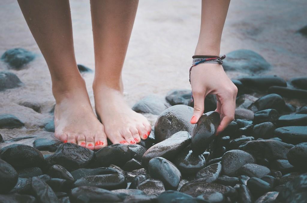 Como-cuidar-los-pies-en-verano-playa-de-piedras