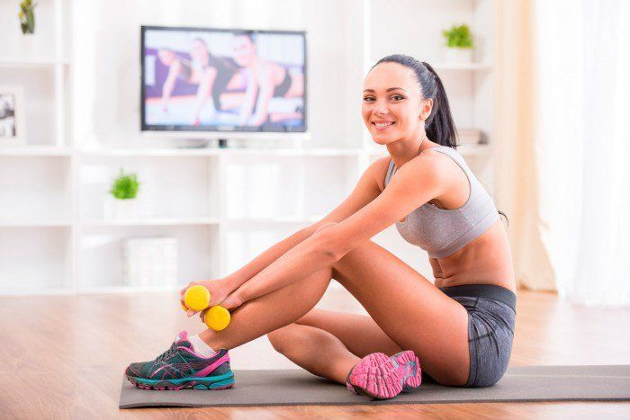 Ejercicios-fitness-para-hacer-en-casa-chica-feliz