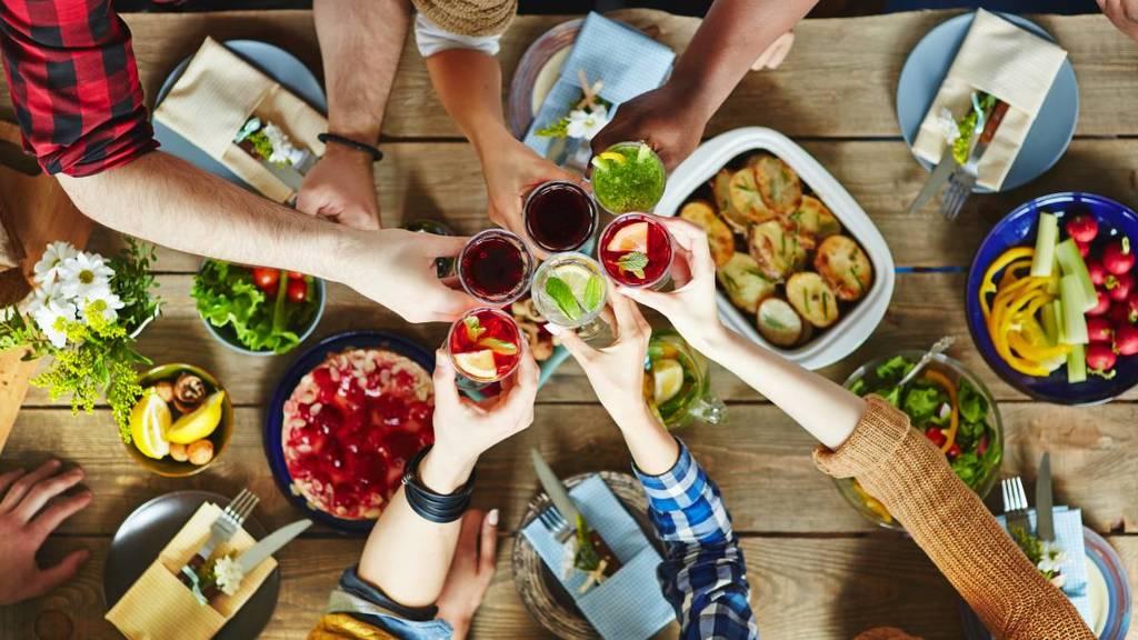 10-trucos-para-controlar-los-habitos-alimentarios-socializar