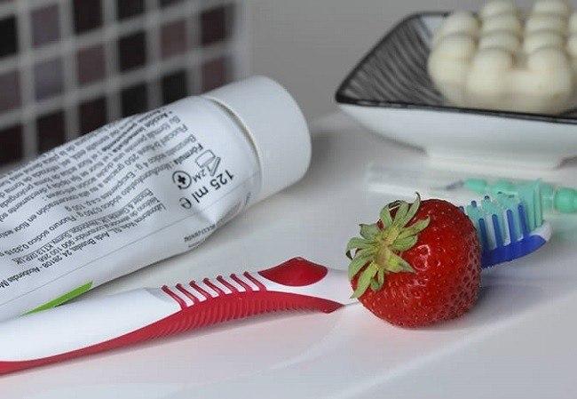 10-remedios-caseros-para-blanquear-los-dientes-fresas