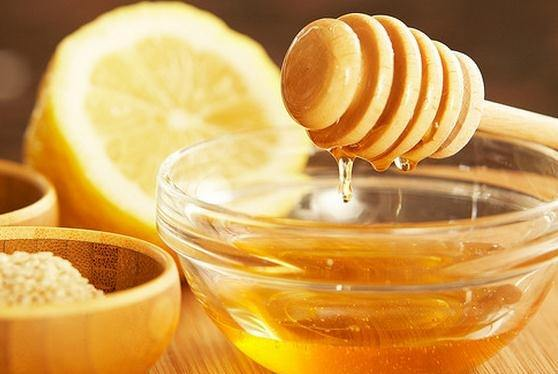 remedios-caseros-para-tratar-las-picaduras-de-pulgas-miel-y-limon