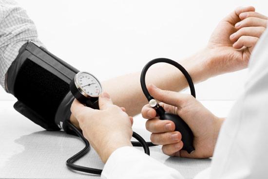 como-bajar-la-tension-de-forma-natural-examen-medico