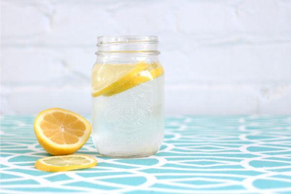agua-con-limon-en-ayunas-beneficios-refuerza-sistema