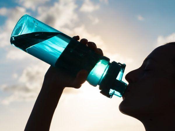 Eliminar el acido urico de forma rapida bebiendo agua depura nuestro organismo