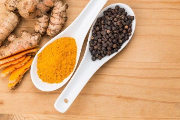 Piperina pimienta negra en cucharas