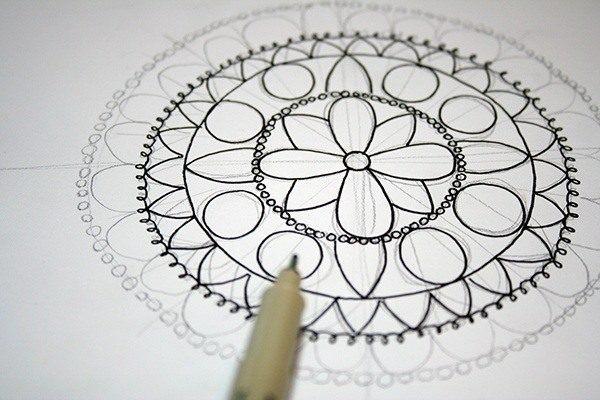 beneficios-de-mandala-pintando-mandala-blanco-negro-zirena