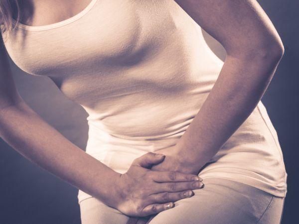 que-es-la-enfermedad-de-crohn-mujer-de-blanco-dolor