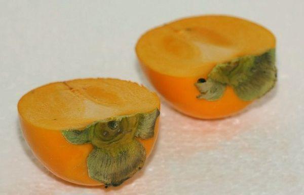 kaki-caqui-propiedades-fruto-por-la-mitad