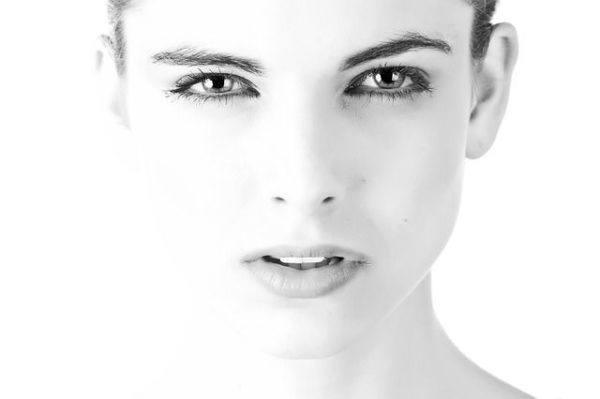 llagas-de-la-boca-remedios-mujer-rostro-blanco-negro