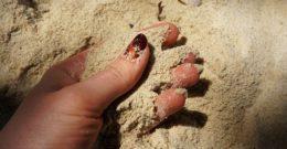 Por qué se ponen las uñas amarillas y cómo evitarlo