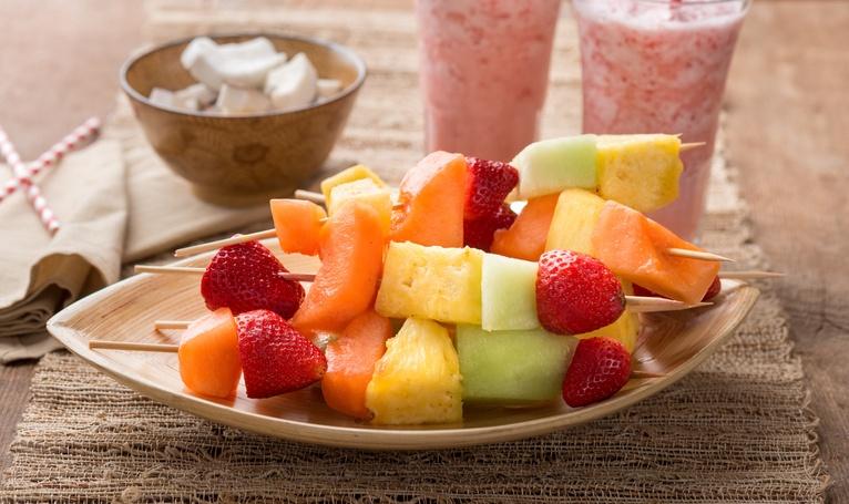 Postres saludables brochetas de fruta