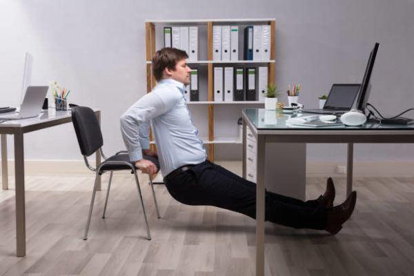 Ejercicios para hacer mientras trabajas en la oficina ejercicio de abdominales