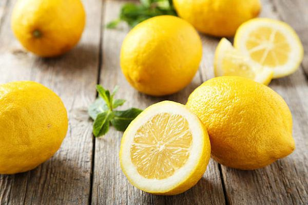Mejores recetas caseras para tratar talones agrietados secos limon