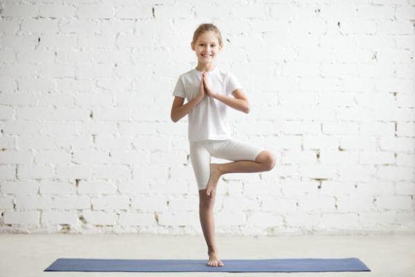 Yoga para ninos beneficios consejos y las mejores posturas Vrksasana
